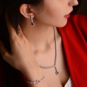ست دستبند گوشواره و آویز نقره روی مدل